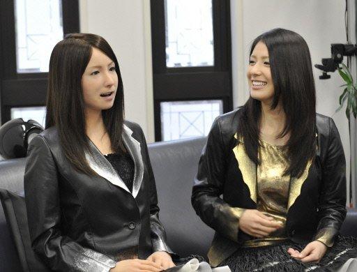 femme-pose-a-cote-du-robot-androide-3-avr-2010-osaka-japon
